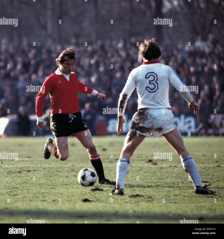 football, DFB Cup, 1976/1977, quarterfinal, Grotenburg Stadium, FC Bayer 05 Uerdingen versus Eintracht Frankfurt 6:3 AET, scene of the match, Roland Weidle (Eintracht) in ball possession - Stock Image