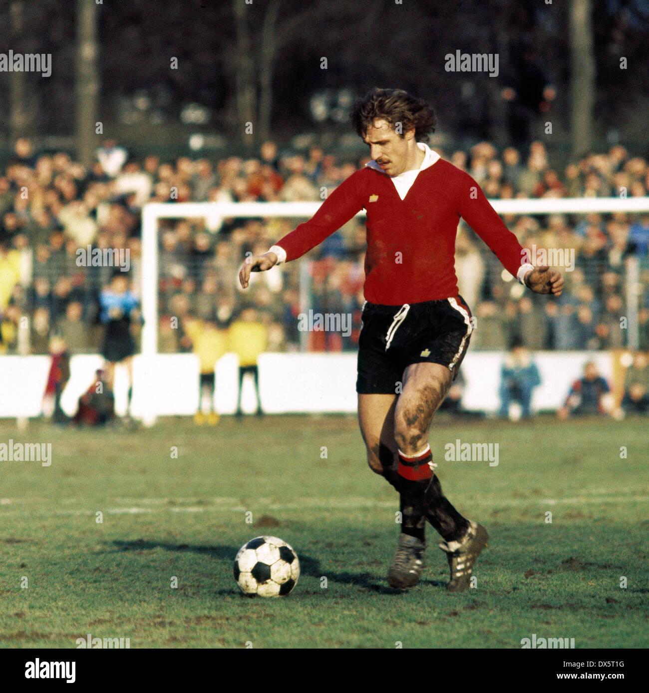 football, DFB Cup, 1976/1977, quarterfinal, Grotenburg Stadium, FC Bayer 05 Uerdingen versus Eintracht Frankfurt 6:3 AET, scene of the match, Dragoslav Stepanovic (Eintracht) in ball possession - Stock Image