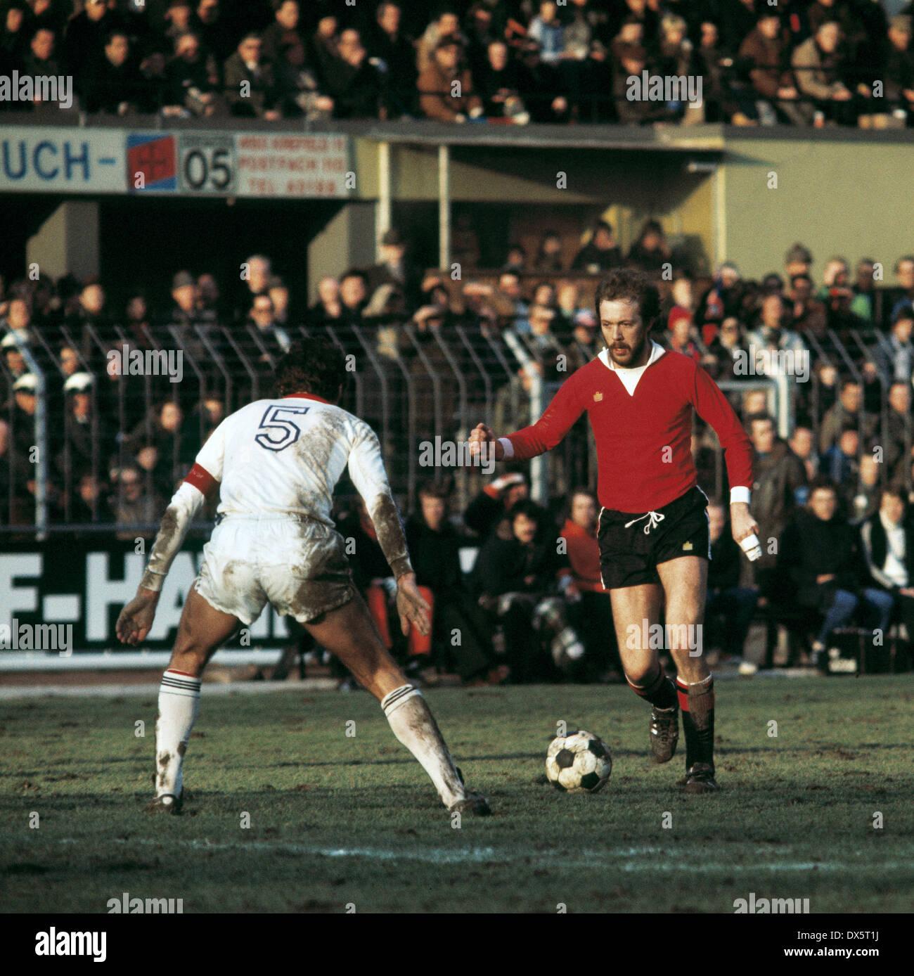 football, DFB Cup, 1976/1977, quarterfinal, Grotenburg Stadium, FC Bayer 05 Uerdingen versus Eintracht Frankfurt 6:3 AET, scene of the match, Gert Trinklein (Eintracht) right and Paul Hahn (05) - Stock Image