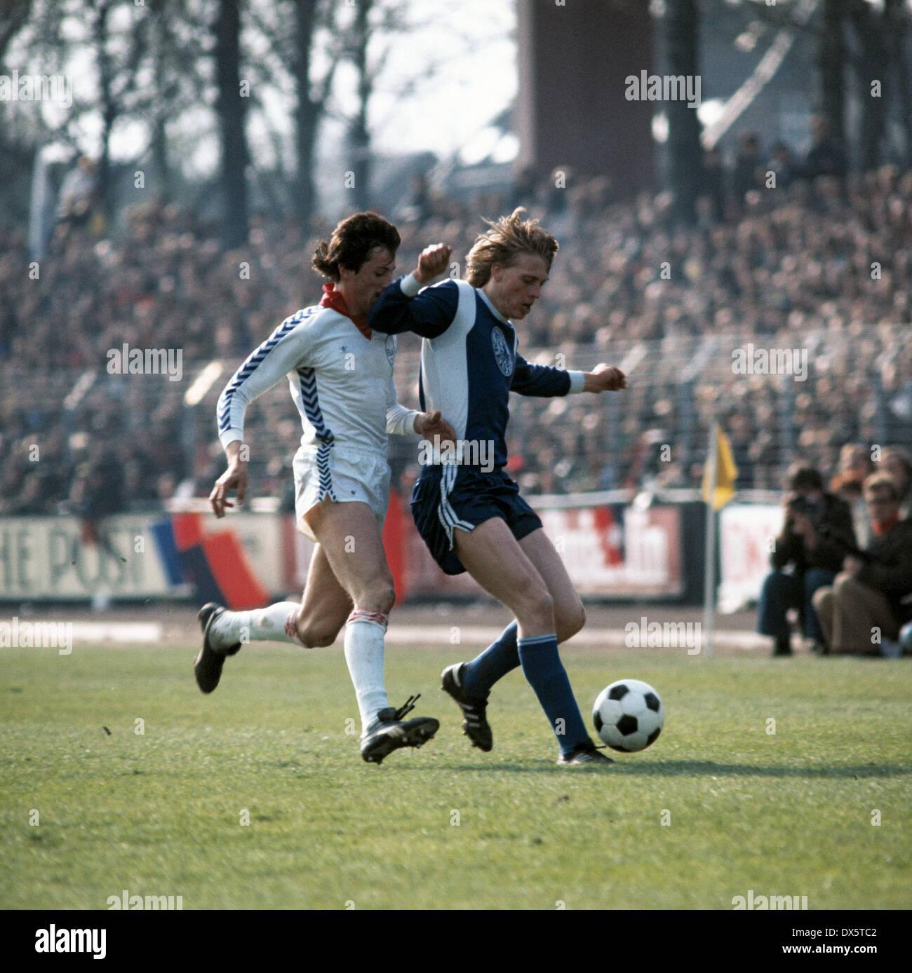 football, DFB Cup, 1976/1977, semifinal, Grotenburg Stadium, FC Bayer 05 Uerdingen versus Hertha BSC Berlin 0:1, scene of the match, Franz Raschid (05) left and Wolfgang Sidka (Hertha) - Stock Image