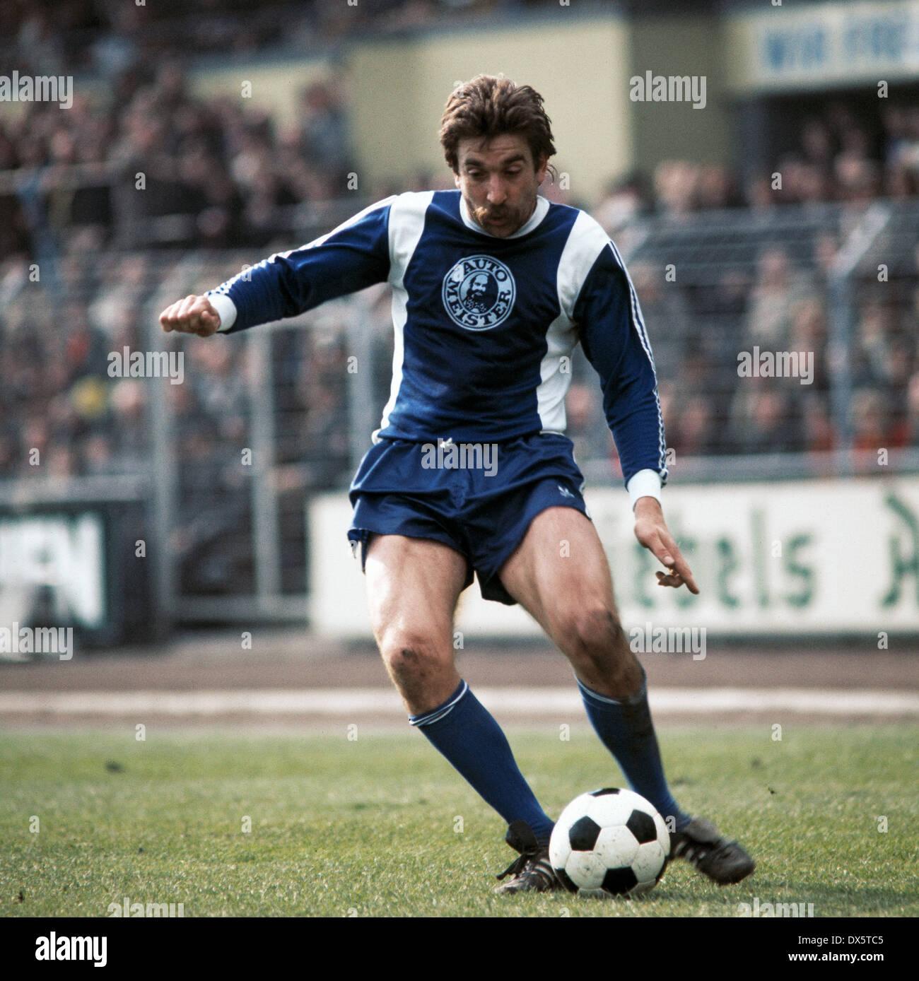 football, DFB Cup, 1976/1977, semifinal, Grotenburg Stadium, FC Bayer 05 Uerdingen versus Hertha BSC Berlin 0:1, scene of the match, Bernd Gersdorff (Hertha) in ball possession - Stock Image