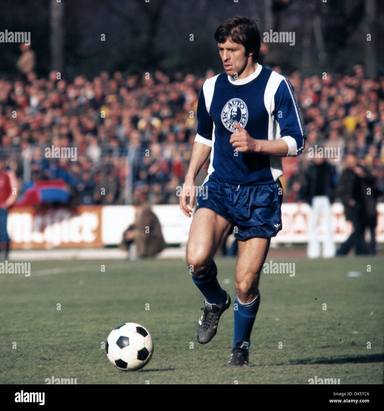football, DFB Cup, 1976/1977, semifinal, Grotenburg Stadium, FC Bayer 05 Uerdingen versus Hertha BSC Berlin 0:1, scene of the match, Lorenz Horr (Hertha) in ball possession - Stock Image