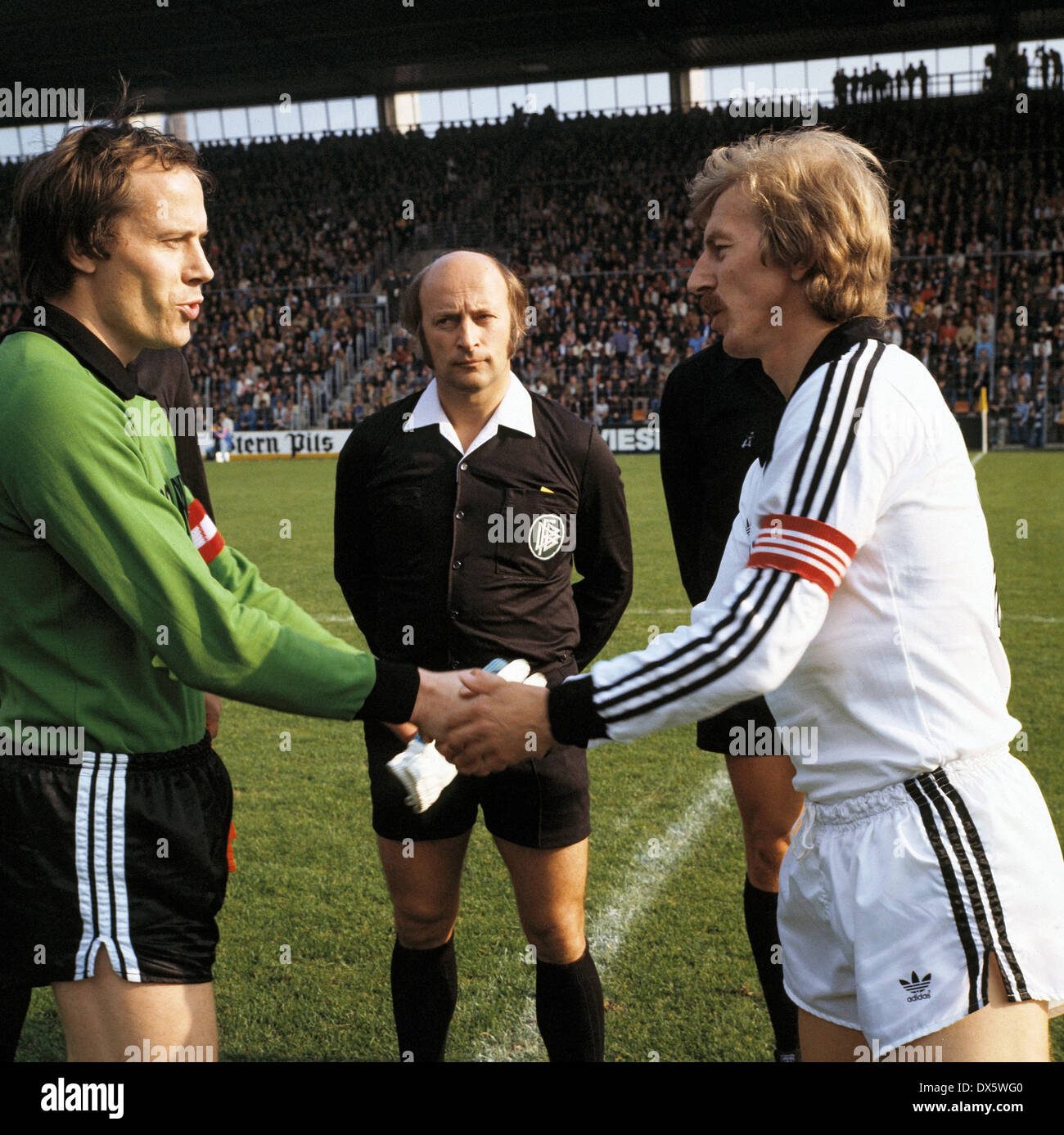 football, Bundesliga, 1977/1978, Stadium an der Castroper Strasse, VfL Bochum versus Eintracht Frankfurt 0:1, welcome, team leaders keeper Werner Scholz (VfL) left and Juergen Grabowski (Eintracht), behind referee Walter Niemann and assistants - Stock Image