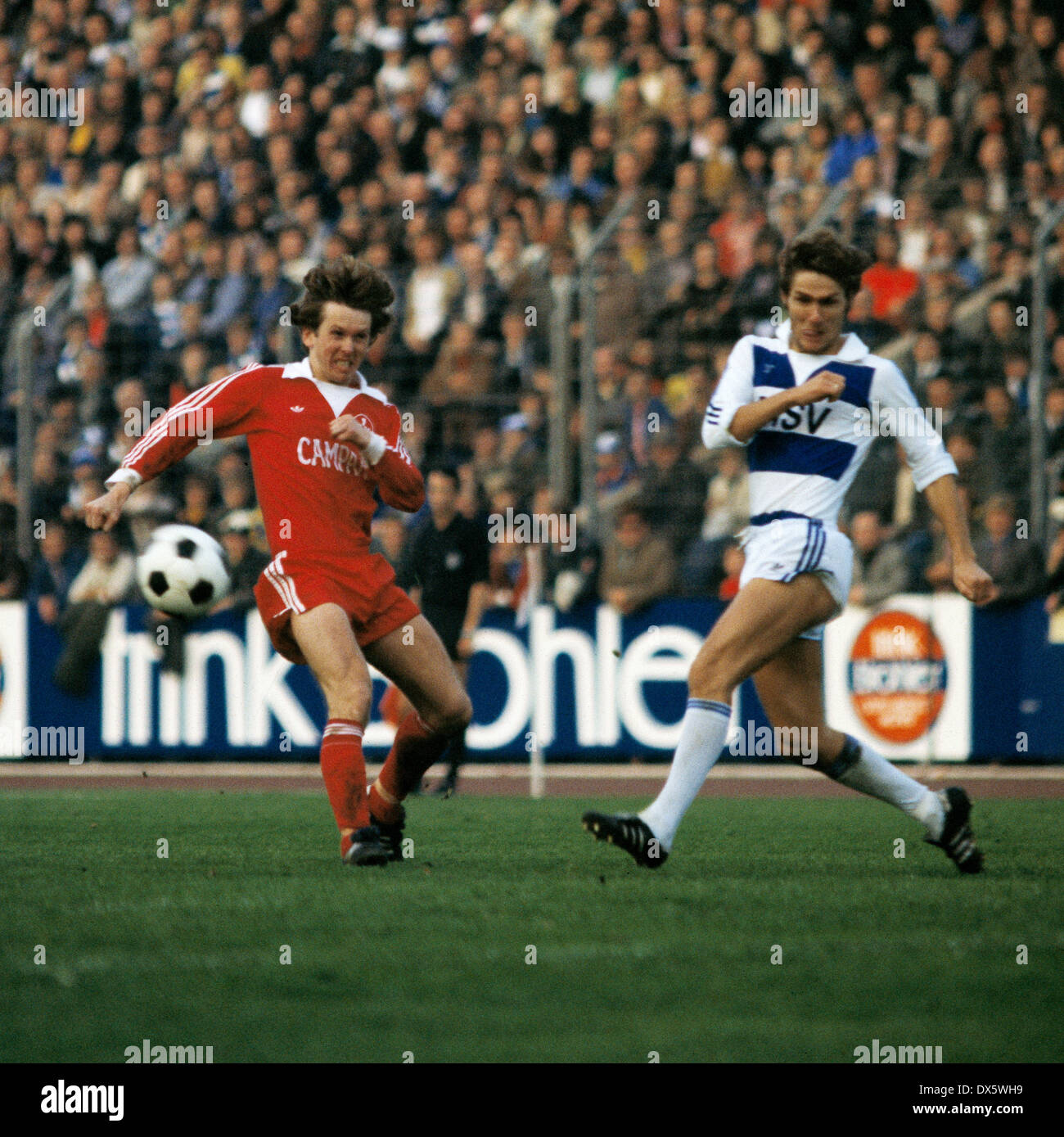 football, DFB Cup, 1977/1978, Third Round, Wedau Stadium, MSV Duisburg versus 1. FC Kaiserslautern 2:1, scene of the match, shot on goal by Kurt Jara (MSV), left Werner Melzer (FCK) - Stock Image