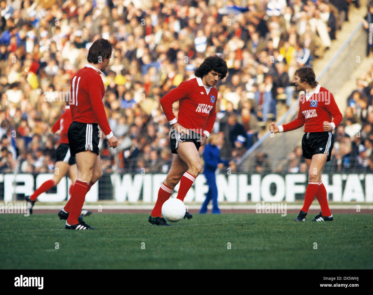 football, Bundesliga, 1977/1978, Parkstadion, FC Schalke 04 versus Hamburger SV 2:2, scene of the match, kickoff by Kevin Keegan (HSV), right Ferdinand Keller (HSV) - Stock Image