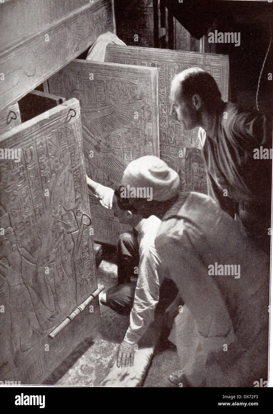 HOWARD CARTER (1874-1939) English archaeologist openingTutankhamun's  tomb - see Description below - Stock Image