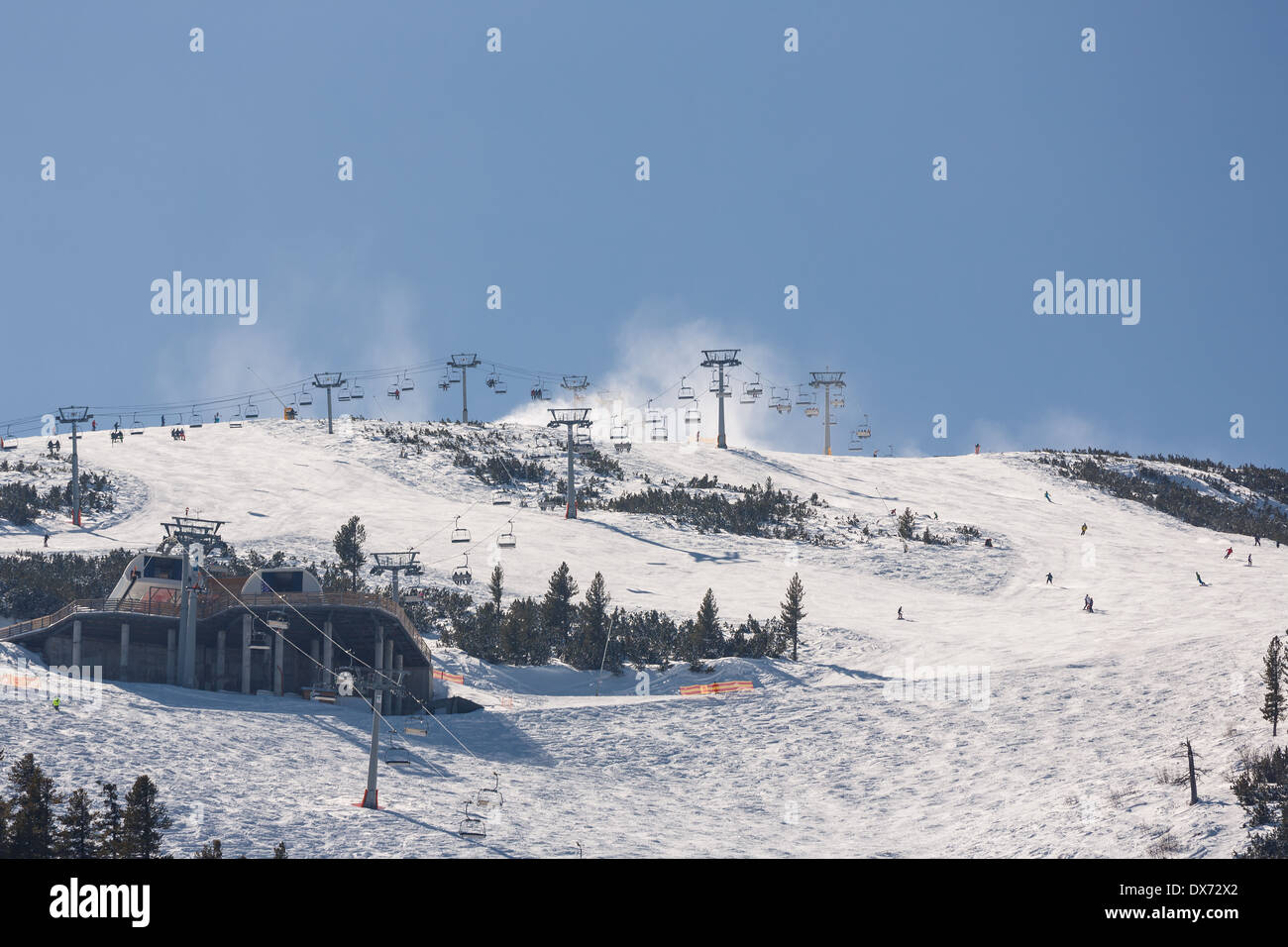Downhill skiing on Todorka mountain, Bansko, Bulgaria - Stock Image