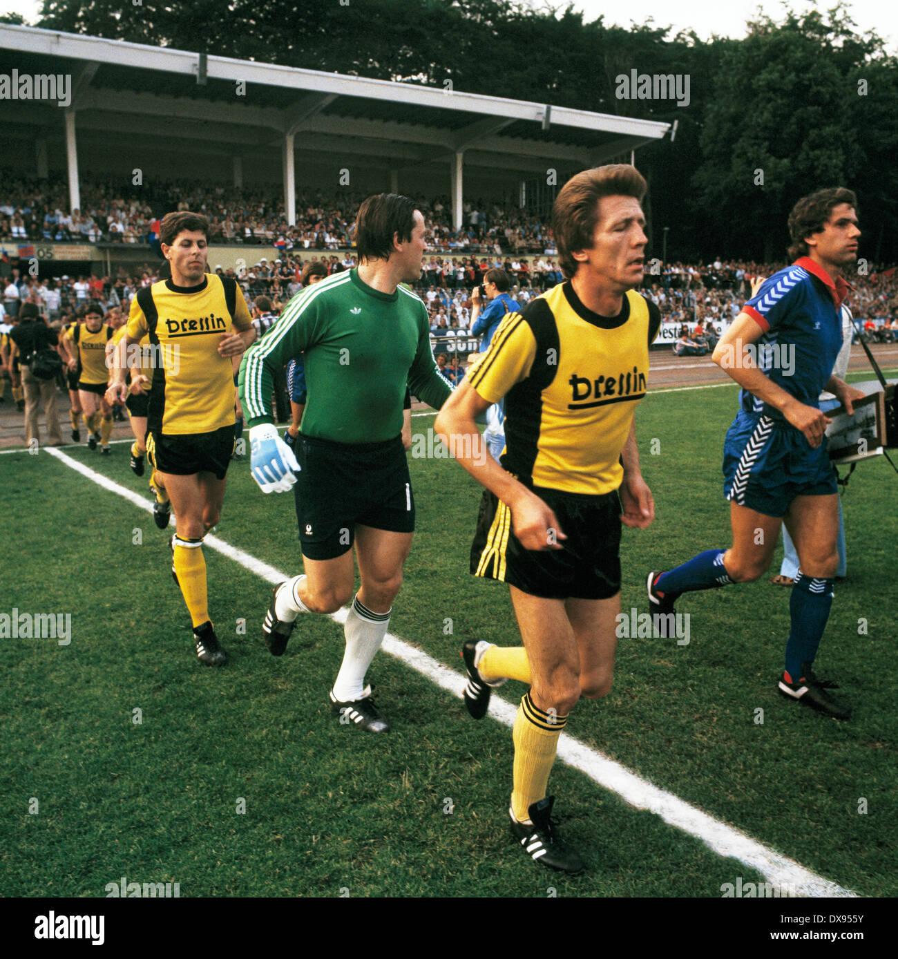 football, 2. Bundesliga Nord, 2. Bundesliga Sued, 1978/1979, relegation match to Bundesliga 1979/1980, return leg, Grotenburg Stadium in Krefeld, FC Bayer 05 Uerdingen versus SpVgg Bayreuth 2:1, running-in of the teams, f.l.t.r. Rolf Kaul (Bayreuth), keep - Stock Image