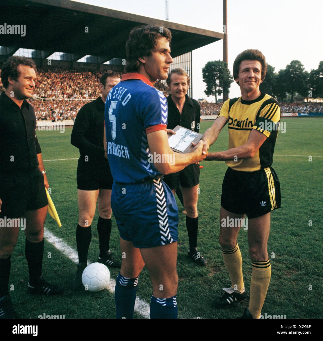 football, 2. Bundesliga Nord, 2. Bundesliga Sued, 1978/1979, relegation match to Bundesliga 1979/1980, return leg, Grotenburg Stadium in Krefeld, FC Bayer 05 Uerdingen versus SpVgg Bayreuth 2:1, welcome, team leaders Paul Hahn (Uerdingen) left and Wolfgan - Stock Image