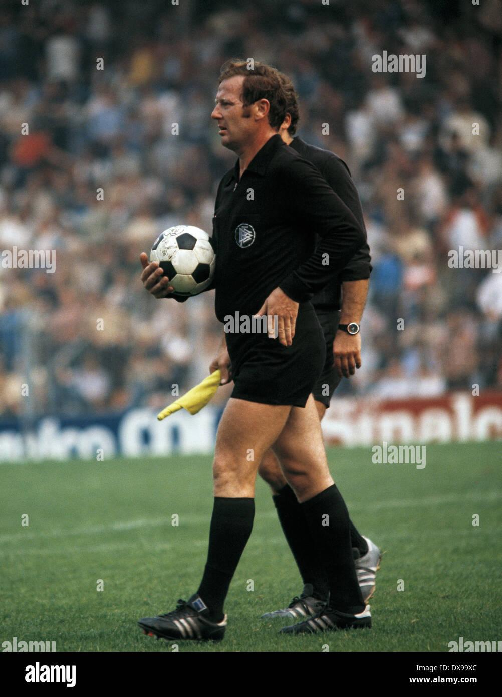football, Bundesliga, 1979/1980, Ruhr Stadium, VfL Bochum versus FC Bayern Munich 0:1, halftime break, referee Walter Horstmann - Stock Image