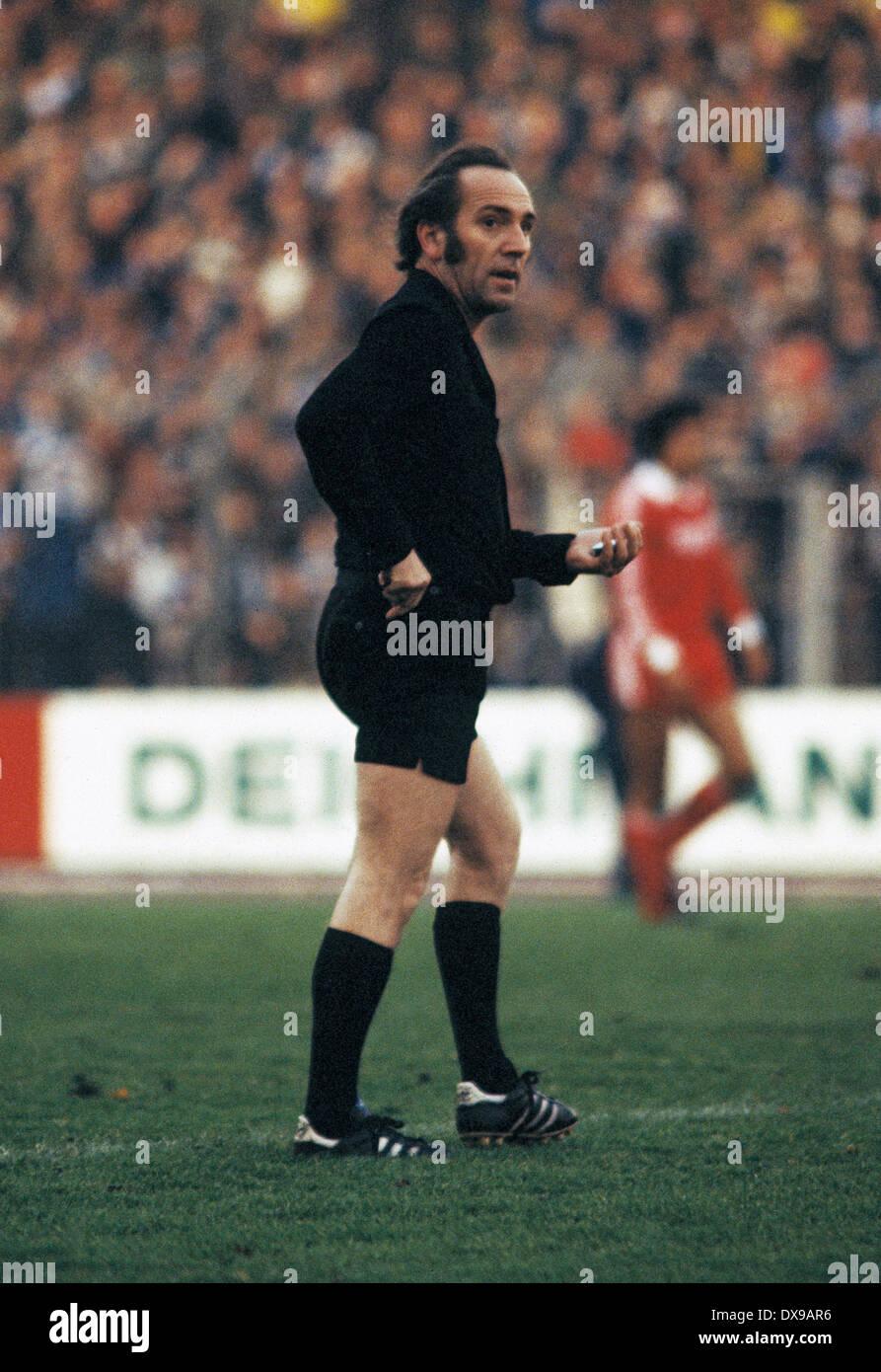 football, Bundesliga, 1979/1980, Wedau Stadium, MSV Duisburg versus 1. FC Cologne 0:2, scene of the match, referee Horst Joos - Stock Image