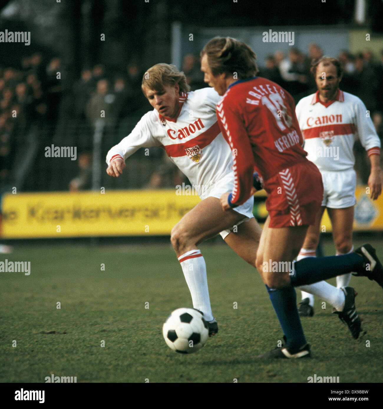 football, Bundesliga, 1979/1980, Grotenburg Stadium, FC Bayer 05 Uerdingen versus VfB Stuttgart 4:2, scene of the match, Siegfried Held (Uerdingen) in ball possession, left Bernd Foerster (Stuttgart) - Stock Image