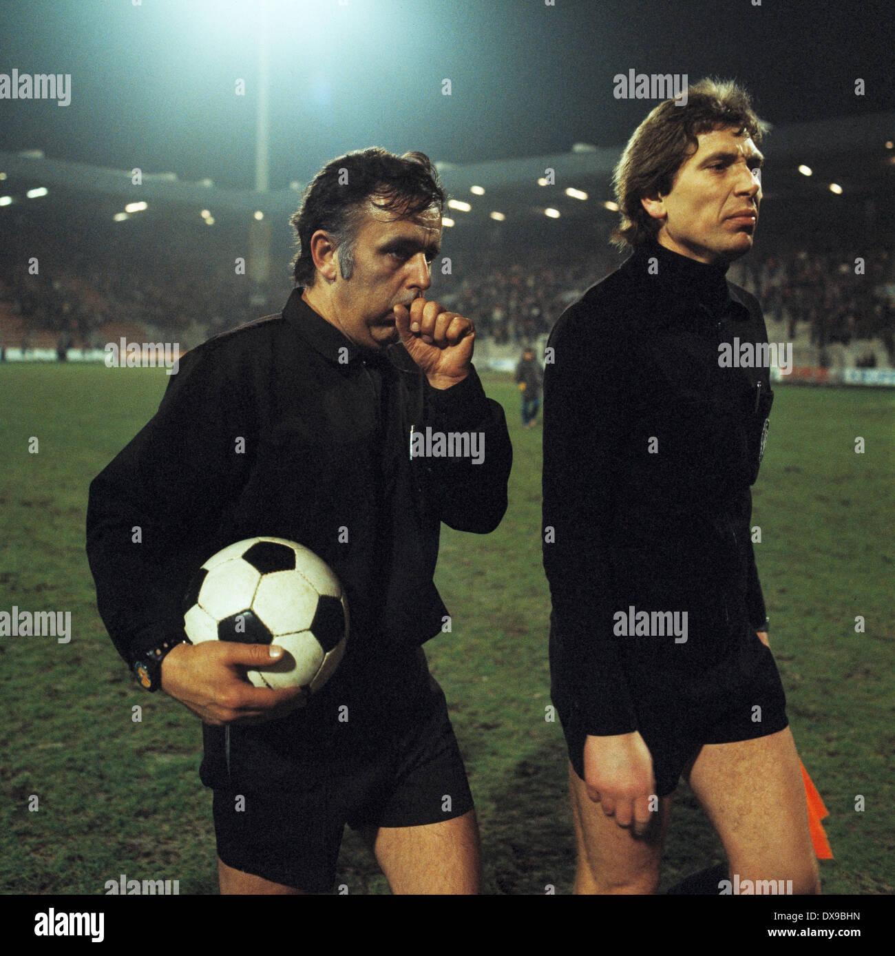 football, Bundesliga, 1979/1980, Ruhrstadion, VfL Bochum versus Fortuna Duesseldorf 0:0, end of the game, leaving, referee Dieter Dreher (left) and assistant - Stock Image