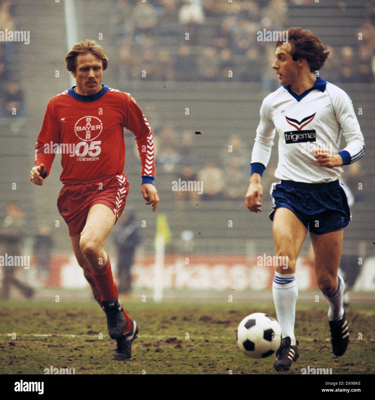 football, Bundesliga, 1979/1980, Parkstadion, FC Schalke 04 versus FC Bayer 05 Uerdingen 1:2, scene of the match, Ruediger Abramczik (S04) in ball possession, left Siegfried Held (Bayer) - Stock Image