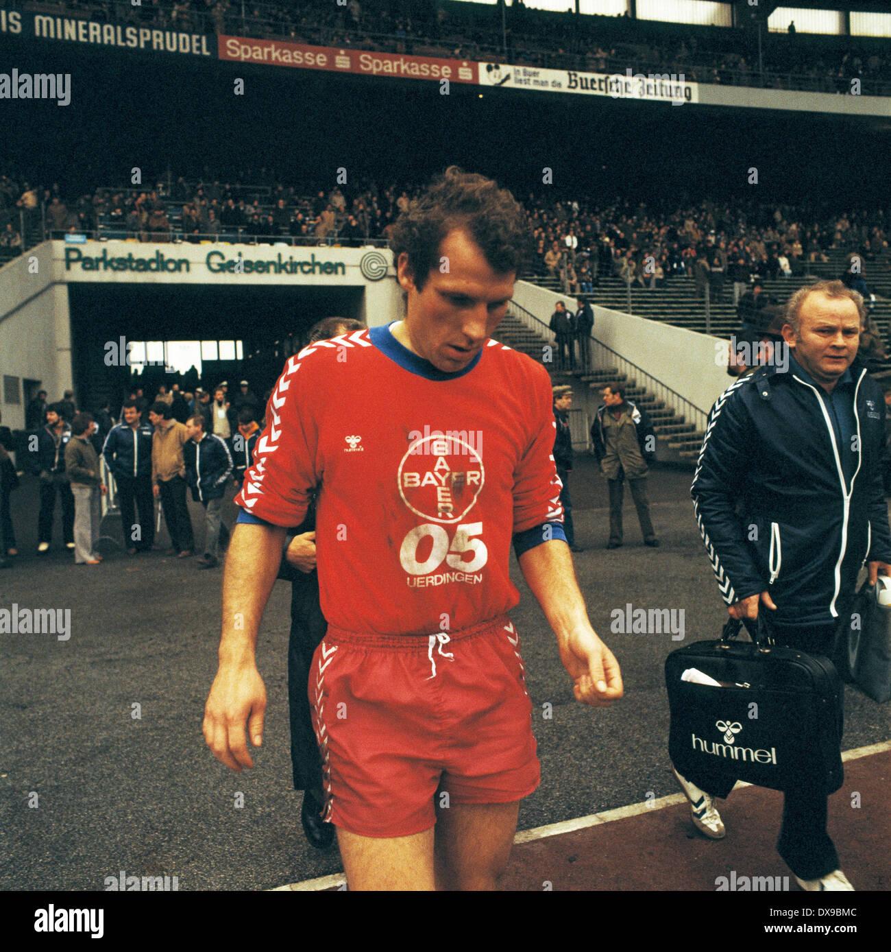 football, Bundesliga, 1979/1980, Parkstadion, FC Schalke 04 versus FC Bayer 05 Uerdingen 1:2, running-in to the second half, Jan Mattsson (Bayer), right masseur Max Spielmann (Bayer) - Stock Image