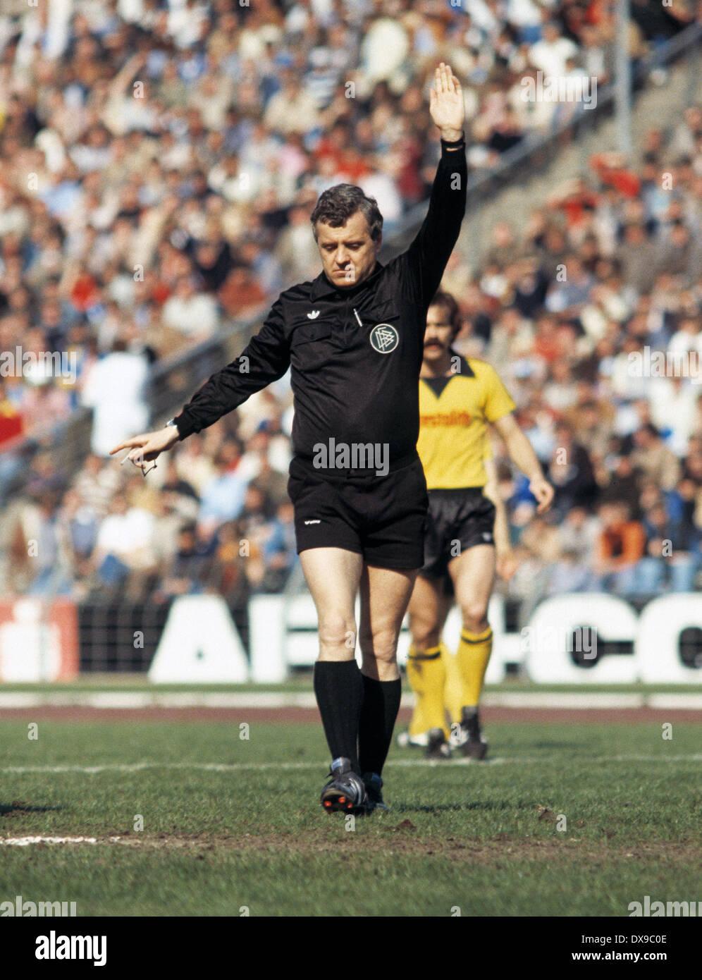 football, Bundesliga, 1979/1980, Parkstadion, FC Schalke 04 versus Borussia Dortmund 2:2, scene of the match, referee Gerd Hennig - Stock Image