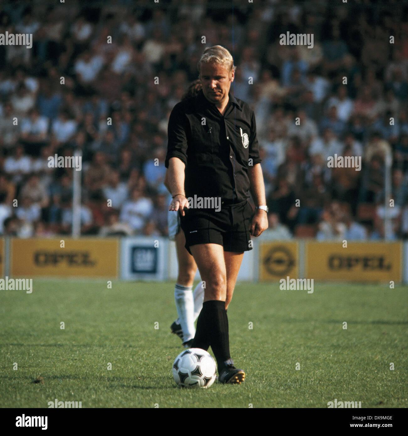 football, Bundesliga, 1980/1981, Ruhr Stadium, VfL Bochum versus Eintracht Frankfurt 2:0, scene of the match, referee Friedrich Retzmann - Stock Image