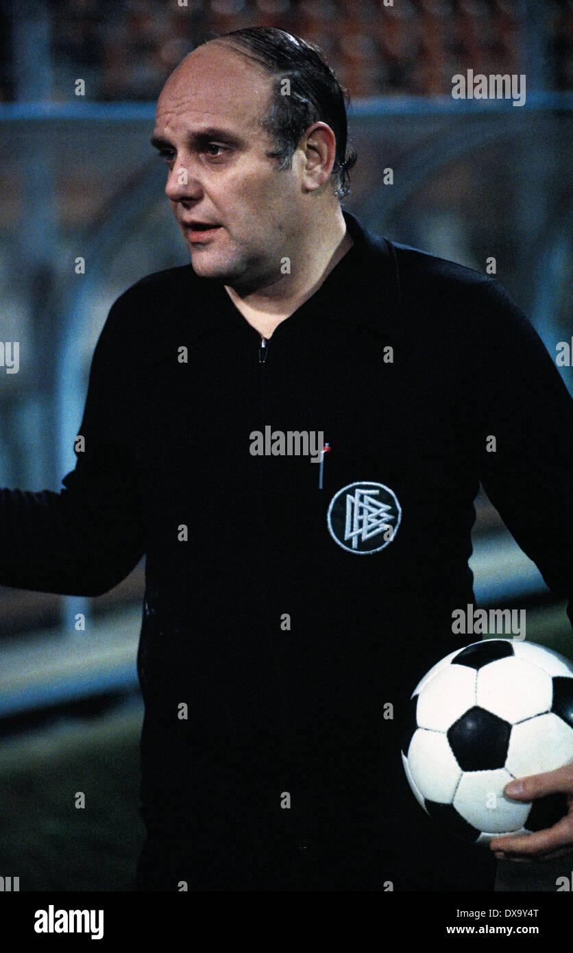 football, Bundesliga, 1980/1981, Ruhr Stadium, VfL Bochum versus TSV 1860 Munich 4:1, referee Klaus Ohmsen - Stock Image
