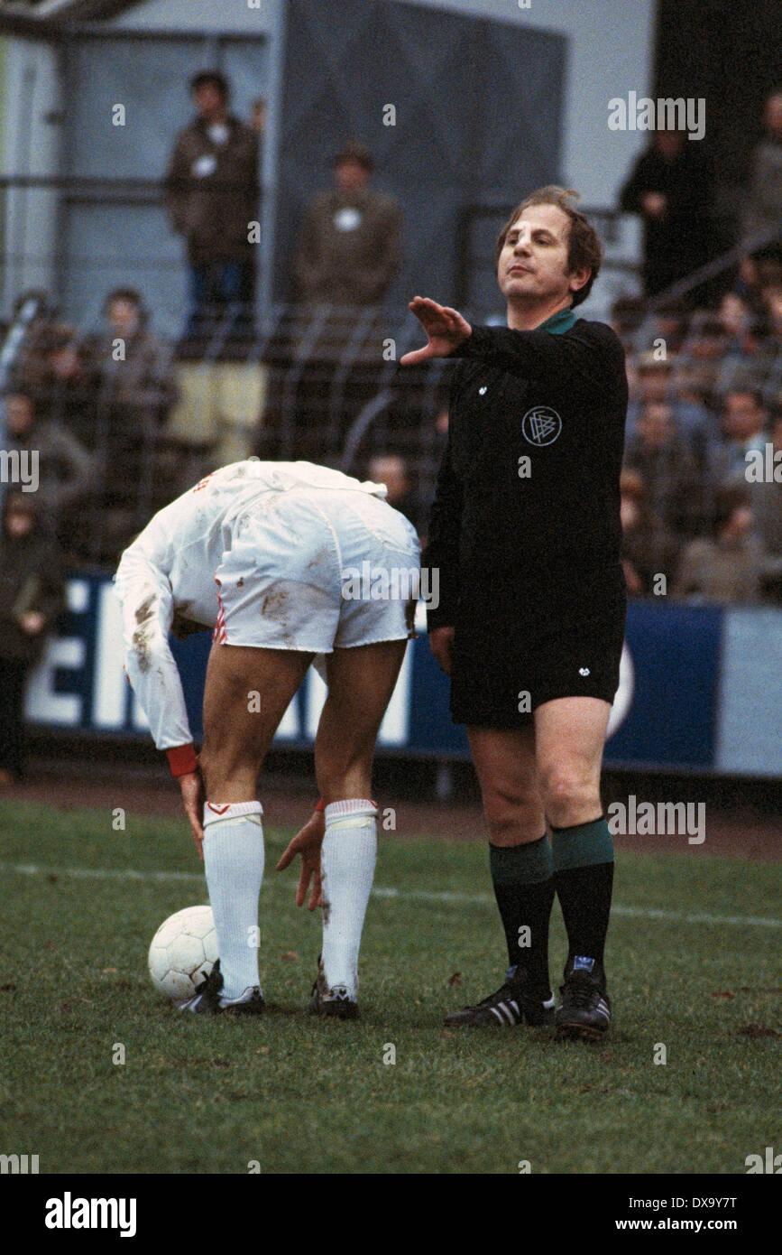 football, Bundesliga, 1980/1981, Grotenburg Stadium, FC Bayer 05 Uerdingen versus FC Schalke 04 1:3, scene of the match, referee Max Klauser - Stock Image