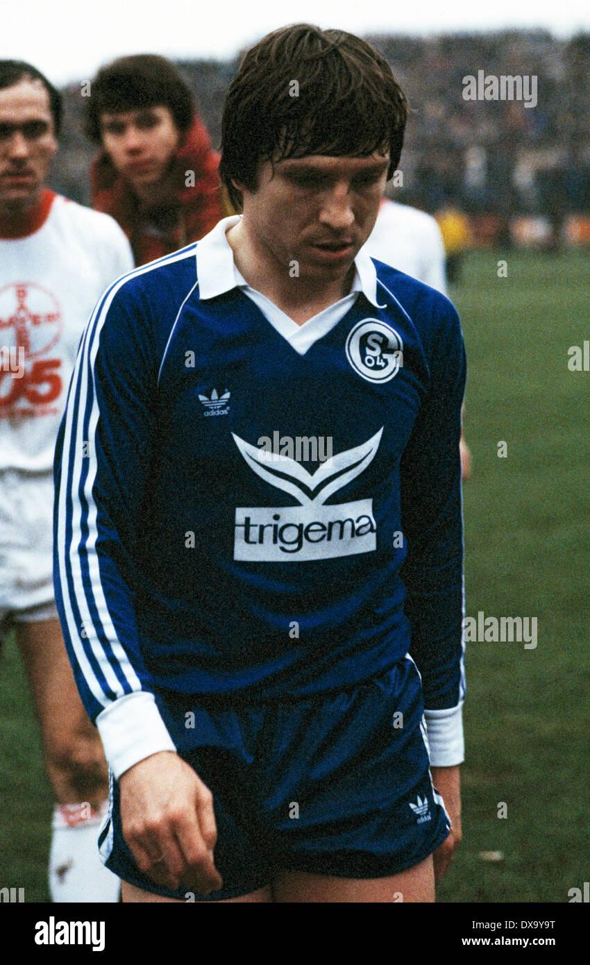 football, Bundesliga, 1980/1981, Grotenburg Stadium, FC Bayer 05 Uerdingen versus FC Schalke 04 1:3, halftime break, leaving, Klaus Fischer (S04) - Stock Image
