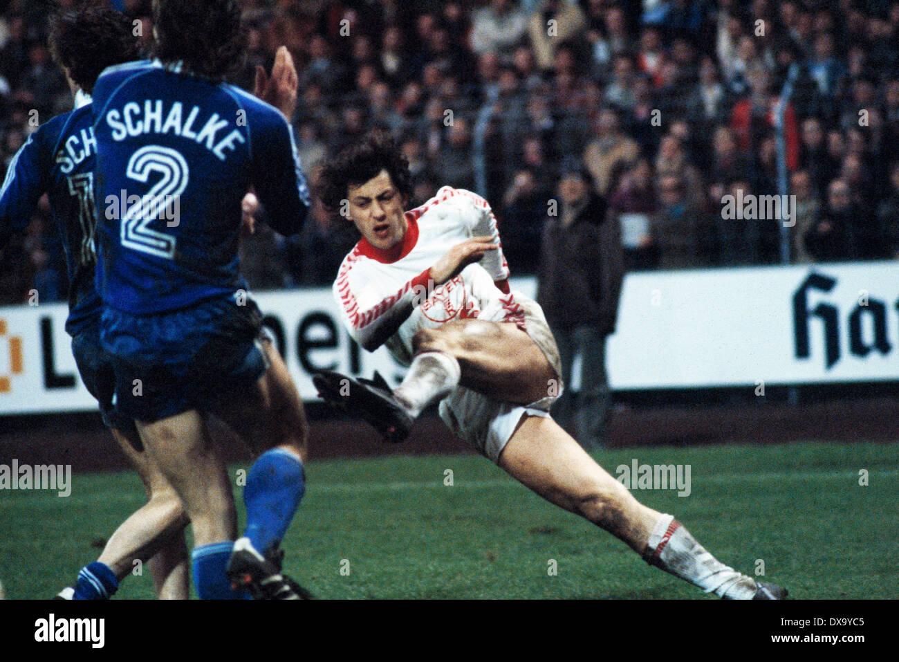football, Bundesliga, 1980/1981, Grotenburg Stadium, FC Bayer 05 Uerdingen versus FC Schalke 04 1:3, scene of the match, shot on goal by Franz Raschid (Bayer) - Stock Image