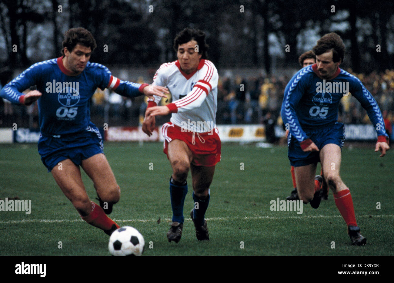 football, Bundesliga, 1980/1981, Grotenburg Stadium, FC Bayer 05 Uerdingen versus Hamburger SV 0:3, scene of the match, f.l.t.r. team leader Paul Hahn (Bayer), team leader Felix Magath (HSV), Herbert Zimmer (Bayer) - Stock Image