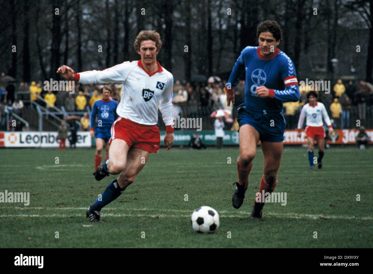 football, Bundesliga, 1980/1981, Grotenburg Stadium, FC Bayer 05 Uerdingen versus Hamburger SV 0:3, scene of the match, Dietmar Jakobs (HSV) left and team leader Paul Hahn (Bayer) - Stock Image