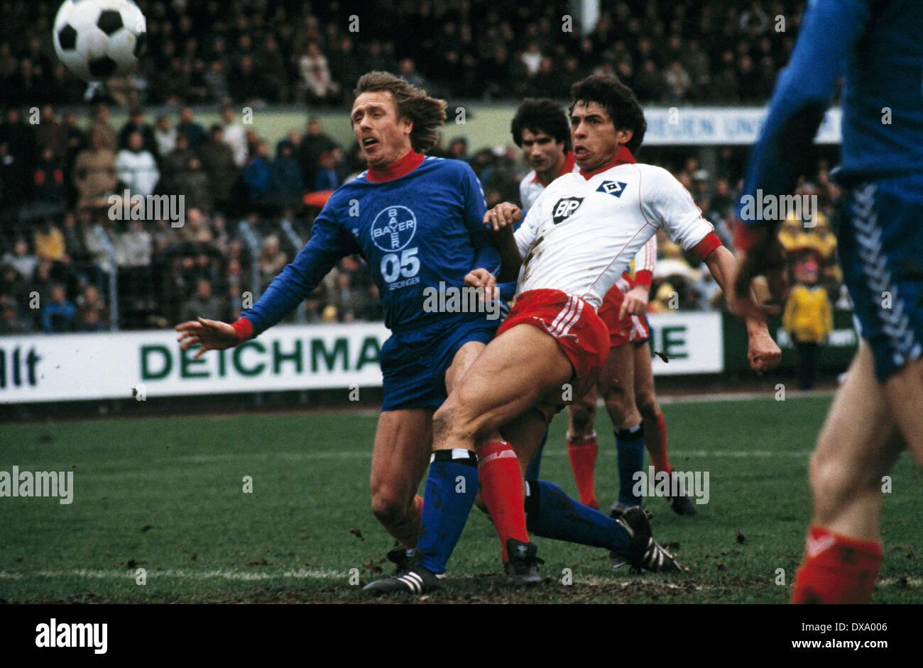 football, Bundesliga, 1980/1981, Grotenburg Stadium, FC Bayer 05 Uerdingen versus Hamburger SV 0:3, scene of the match, f.l.t.r. Siegfried Held (Bayer), Ivan Buljan (HSV), William Hartwig (HSV) - Stock Image