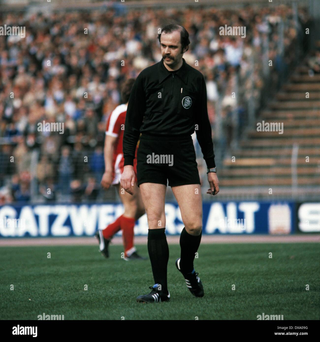 football, Bundesliga, 1980/1981, Rhine Stadium, Fortuna Duesseldorf versus VfB Stuttgart 3:1, scene of the match, referee Dieter Niebergall - Stock Image