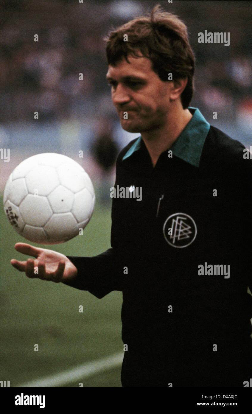 football, Bundesliga, 1981/1982, Rhine Stadium, Fortuna Duesseldorf versus 1. FC Kaiserslautern 4:2, referee Siegfried Brehm - Stock Image
