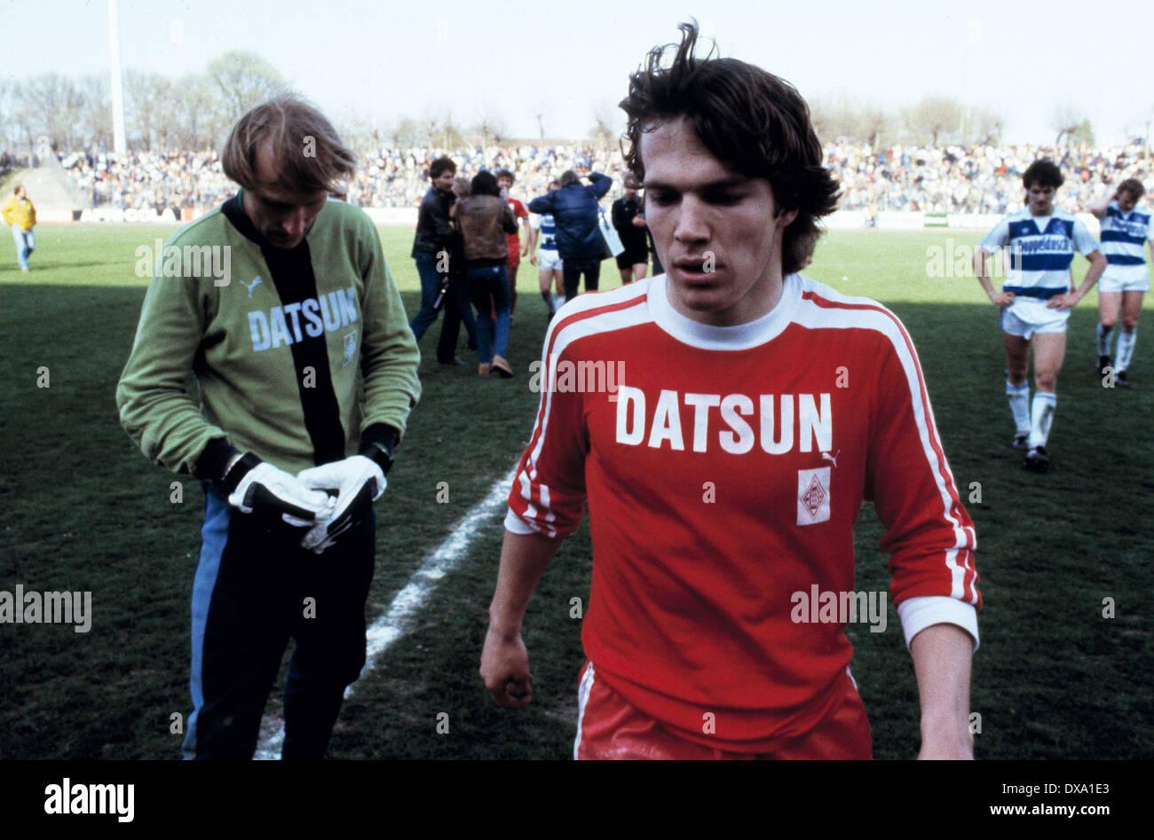 football, Bundesliga, 1981/1982, Wedau Stadium, MSV Duisburg versus Borussia Moenchengladbach 0:1, end of the game, leaving, Lothar Matthaeus (MG) left and keeper Wolfgang Kleff (MG) - Stock Image