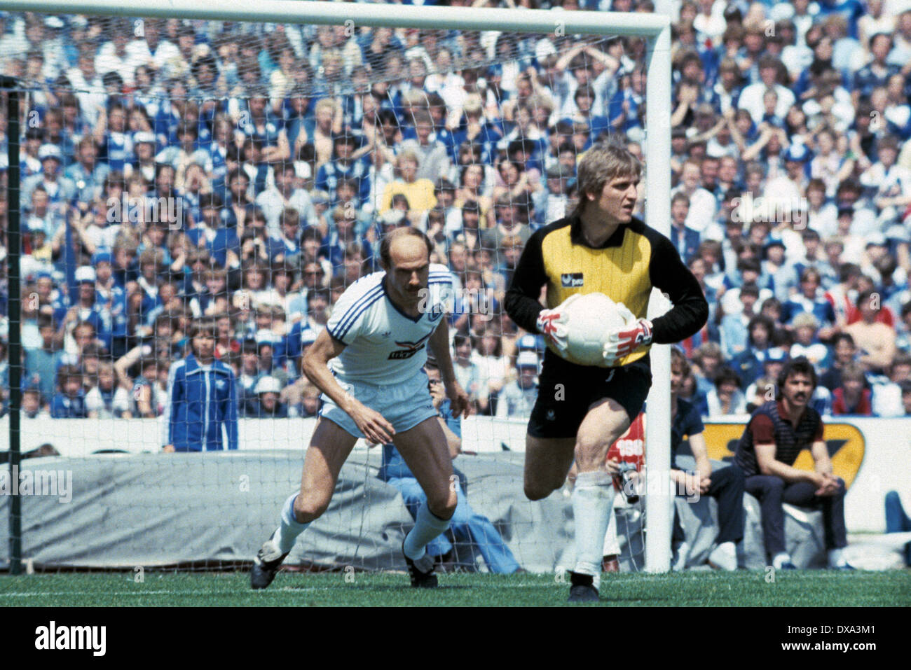 football, 1. Bundesliga, 2. Bundesliga, 1982/1983, relegation match to Bundesliga 1983/1984, return leg, Park Stadium, FC Schalke 04 versus FC Bayer 05 Uerdingen 1:1, scene of the match, keeper Werner Vollack (Bayer), left Manfred Drexler (S04) - Stock Image