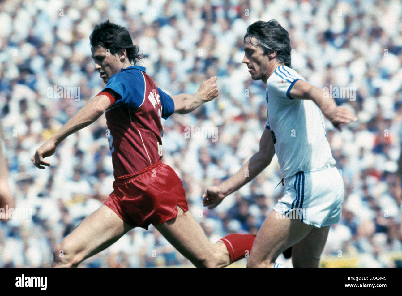 football, 1. Bundesliga, 2. Bundesliga, 1982/1983, relegation match to Bundesliga 1983/1984, return leg, Park Stadium, FC Schalke 04 versus FC Bayer 05 Uerdingen 1:1, scene of the match, Franz Raschid (Bayer) left and Theo Buecker (S04) - Stock Image