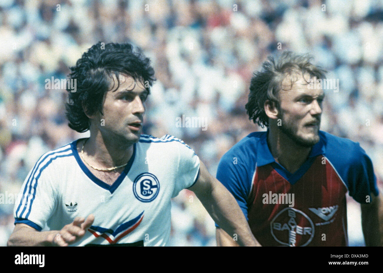 football, 1. Bundesliga, 2. Bundesliga, 1982/1983, relegation match to Bundesliga 1983/1984, return leg, Park Stadium, FC Schalke 04 versus FC Bayer 05 Uerdingen 1:1, scene of the match, Ilyas Tuefekci (S04) left and Werner Buttgereit (Bayer) - Stock Image