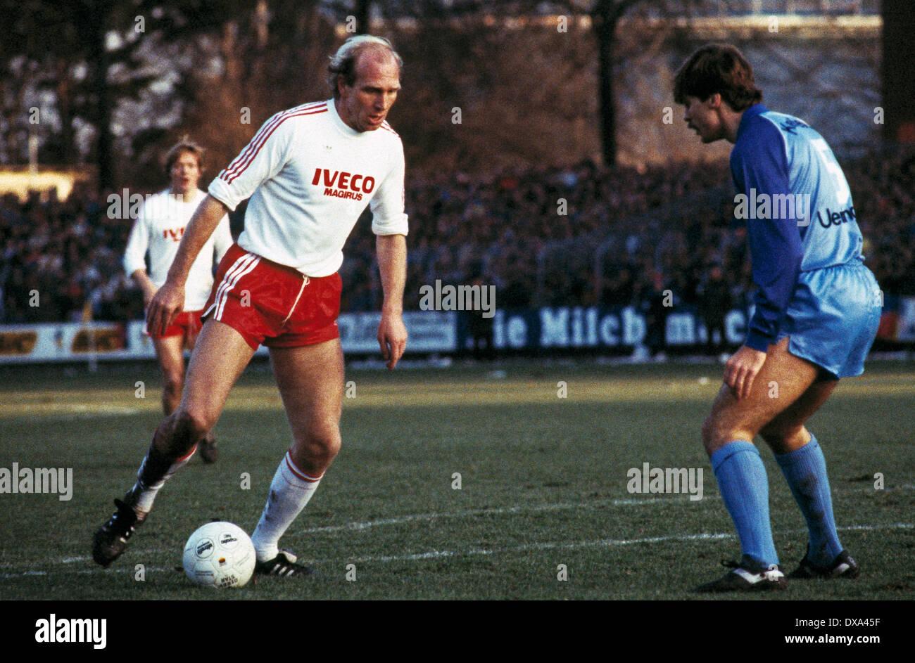 football, Bundesliga, 1983/1984, Grotenburg Stadium, FC Bayer 05 Uerdingen versus FC Bayern Munich 1:1, scene of the match, Dieter Hoeness (FCB) left and Ludger van de Loo (Bayer) - Stock Image