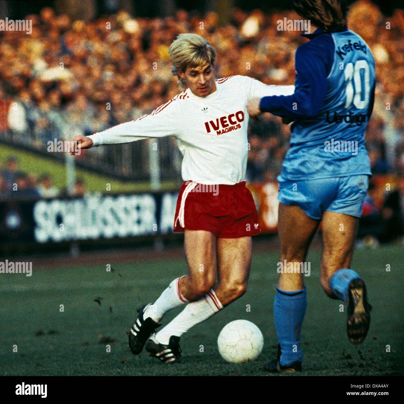 football, Bundesliga, 1983/1984, Grotenburg Stadium, FC Bayer 05 Uerdingen versus FC Bayern Munich 1:1, scene of the match, Norbert Nachtweih (FCB) in ball possession - Stock Image