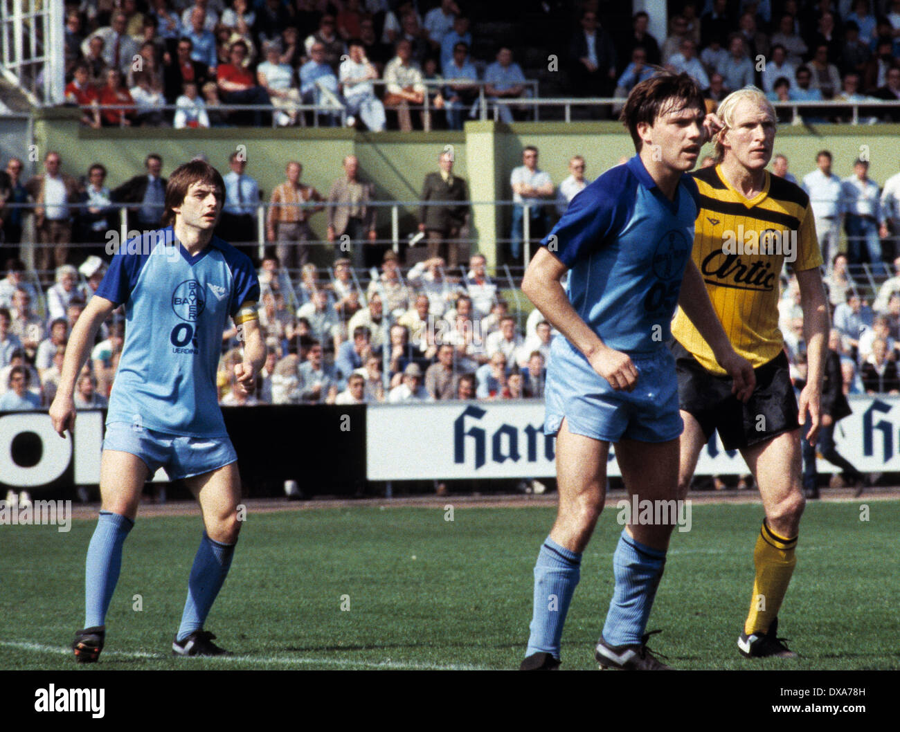 football, Bundesliga, 1983/1984, Grotenburg Stadium, FC Bayer 05 Uerdingen versus Borussia Dortmund 2:1, scene of the match, f.l.t.r. team leader Matthias Herget (Bayer), Wayne Thomas (Bayer), Rolf Ruessmann (BVB) - Stock Image