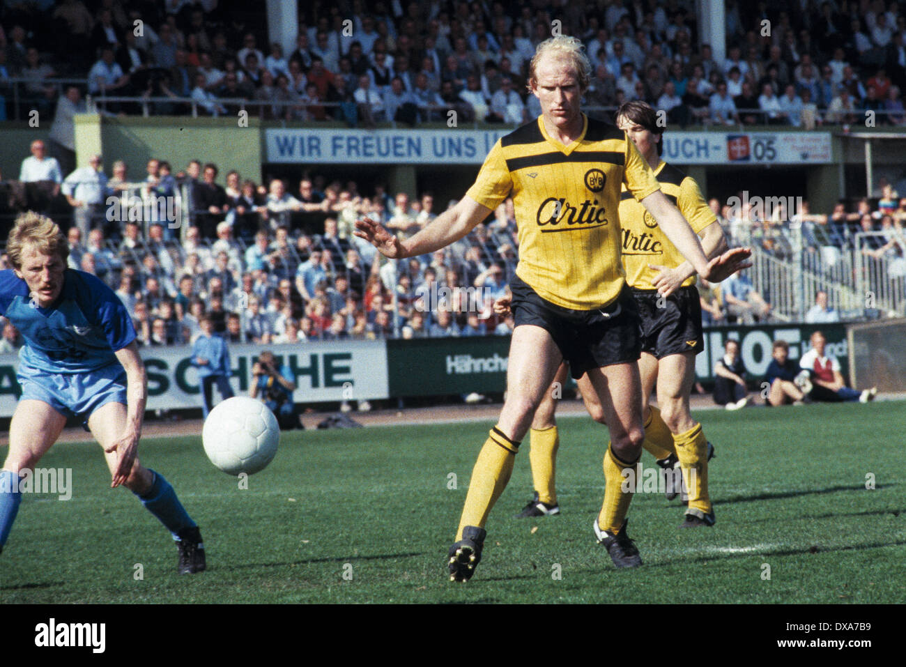 football, Bundesliga, 1983/1984, Grotenburg Stadium, FC Bayer 05 Uerdingen versus Borussia Dortmund 2:1, scene of the match, Rolf Ruessmann (BVB), left Peter Loontiens (Bayer) - Stock Image