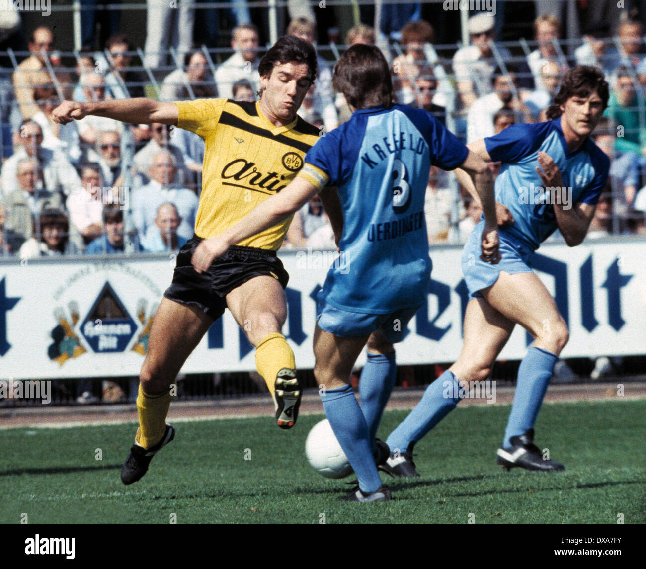 football, Bundesliga, 1983/1984, Grotenburg Stadium, FC Bayer 05 Uerdingen versus Borussia Dortmund 2:1, scene of the match, f.l.t.r. Bernd Klotz (BVB), team leader Matthias Herget (Bayer), Dietmar Klinger (Bayer) - Stock Image