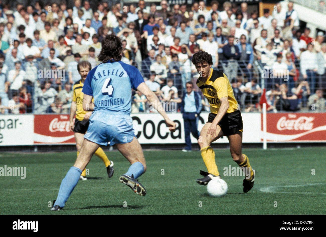 football, Bundesliga, 1983/1984, Grotenburg Stadium, FC Bayer 05 Uerdingen versus Borussia Dortmund 2:1, scene of the match, Erdal Keser (BVB) in ball possession, left Dietmar Klinger (Bayer) No.4 - Stock Image