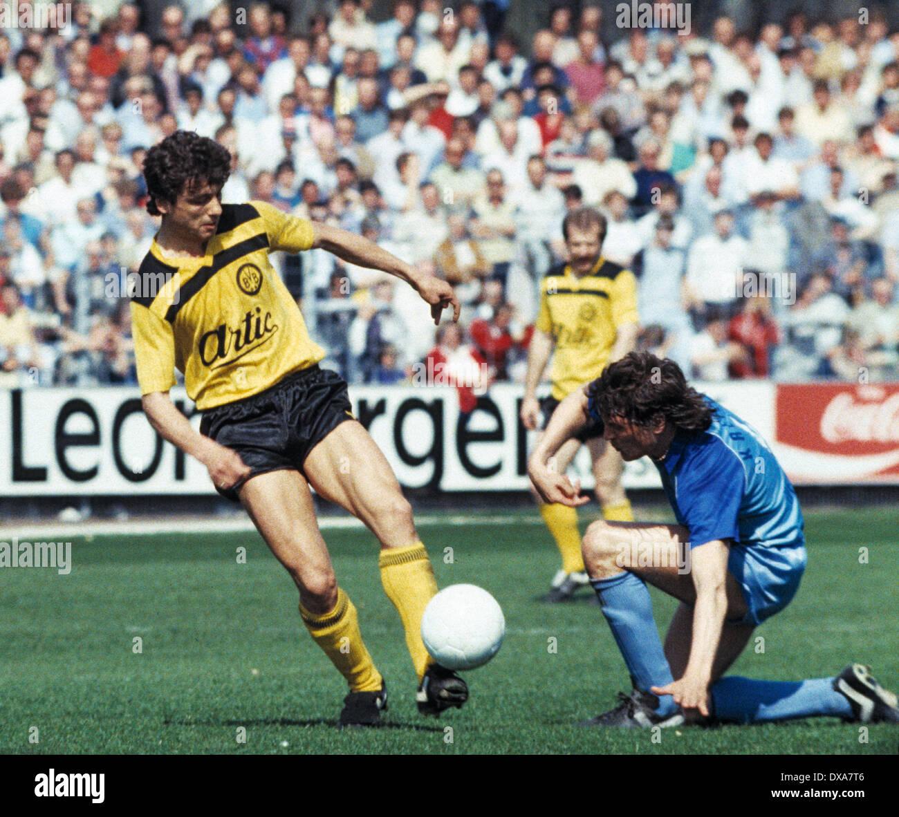 football, Bundesliga, 1983/1984, Grotenburg Stadium, FC Bayer 05 Uerdingen versus Borussia Dortmund 2:1, scene of the match, Erdal Keser (BVB) left and Dietmar Klinger (Bayer) - Stock Image