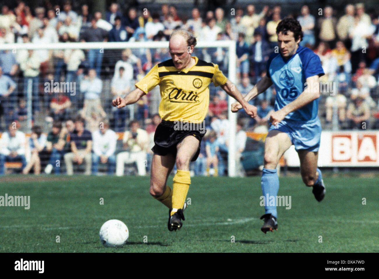 football, Bundesliga, 1983/1984, Grotenburg Stadium, FC Bayer 05 Uerdingen versus Borussia Dortmund 2:1, scene of the match, Ulrich Bittcher (BVB) in ball possession, right Peter Schwarz (Bayer) - Stock Image