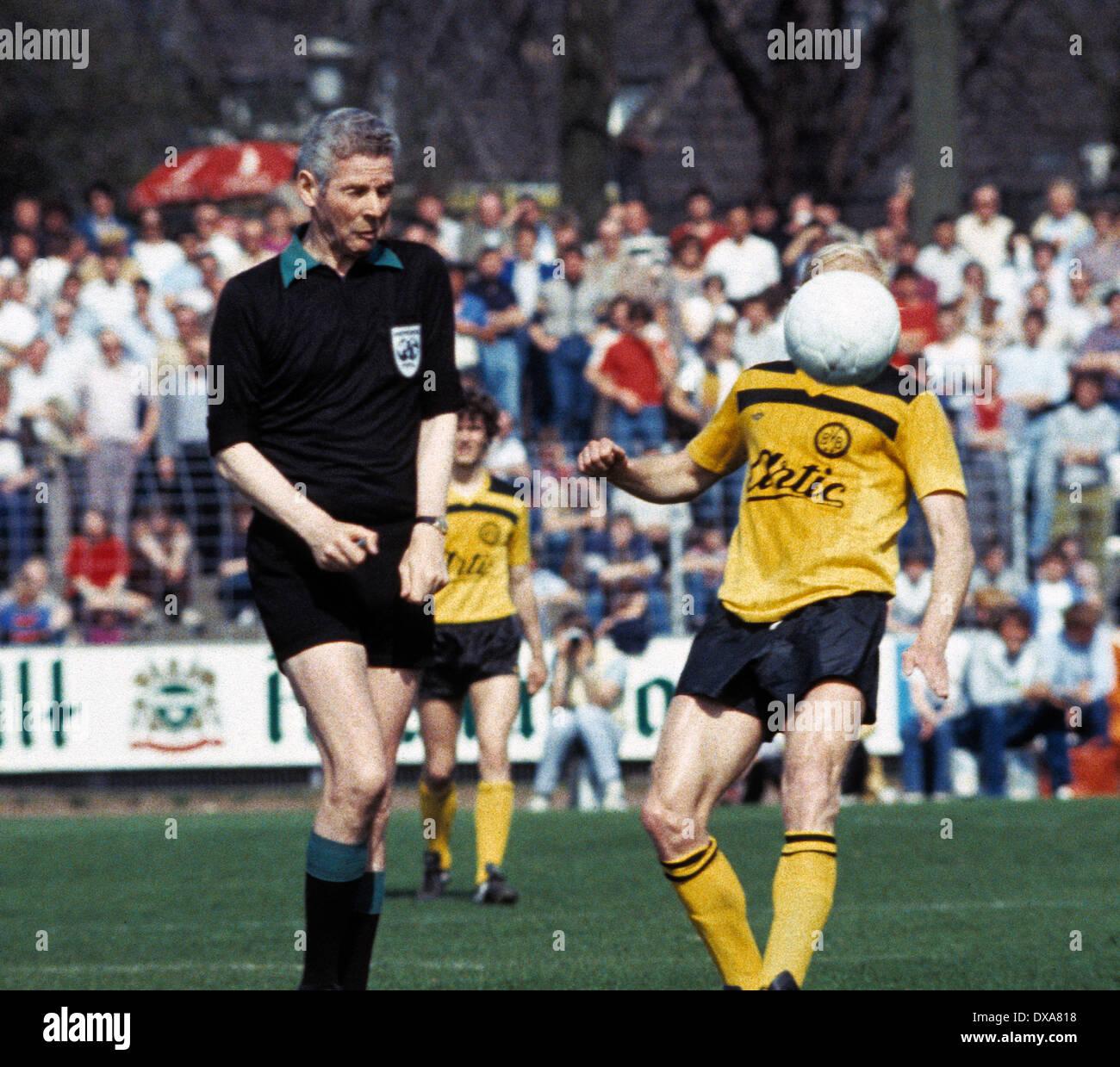 football, Bundesliga, 1983/1984, Grotenburg Stadium, FC Bayer 05 Uerdingen versus Borussia Dortmund 2:1, scene of the match, referee Walter Eschweiler scared by the ball - Stock Image