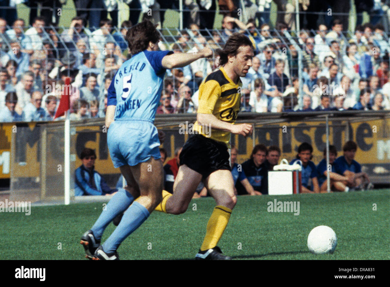 football, Bundesliga, 1983/1984, Grotenburg Stadium, FC Bayer 05 Uerdingen versus Borussia Dortmund 2:1, scene of the match,  Marcel Raducanu (BVB) in ball possession, left Ludger van de Loo (Bayer) - Stock Image
