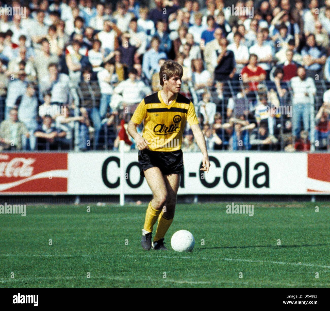 football, Bundesliga, 1983/1984, Grotenburg Stadium, FC Bayer 05 Uerdingen versus Borussia Dortmund 2:1, scene of the match, Ralf Loose (BVB) in ball possession - Stock Image