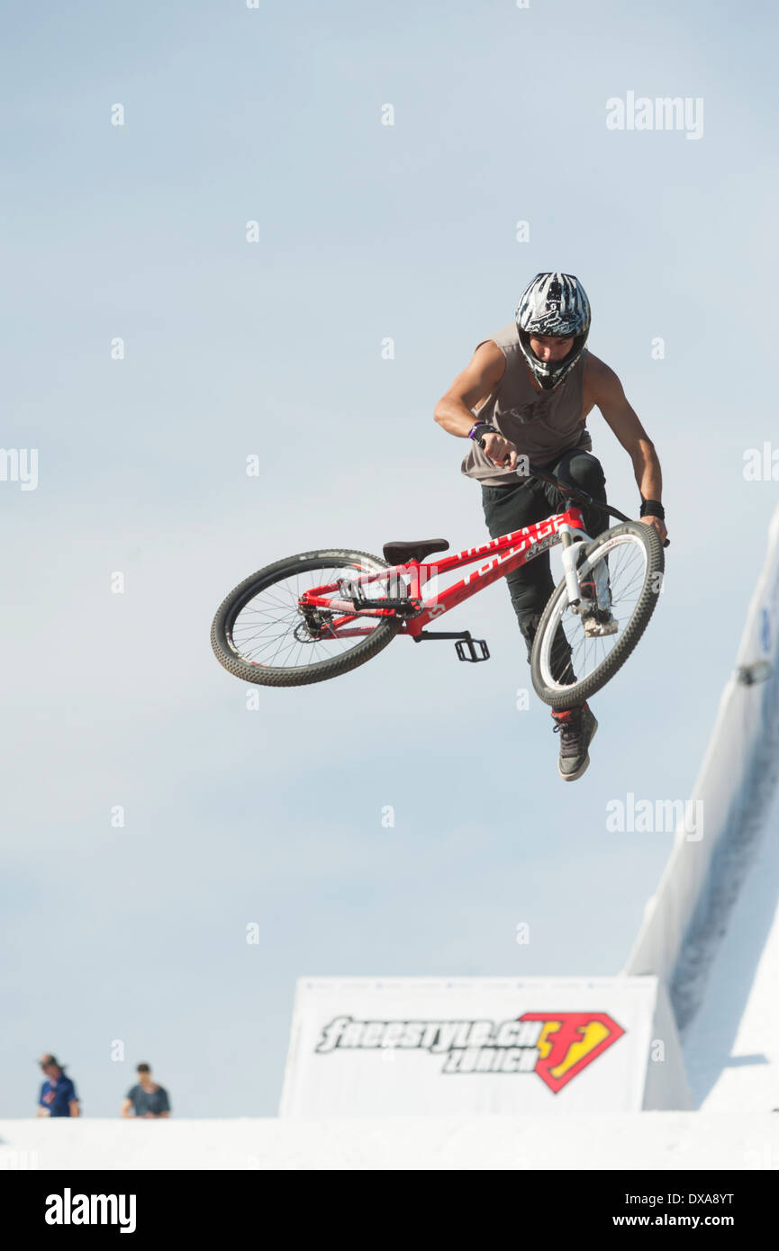 Freestyle mountainbike (MTB) professionals show spectacular jumps and flips at the 2013 freestyle.ch event in Zurich - Stock Image