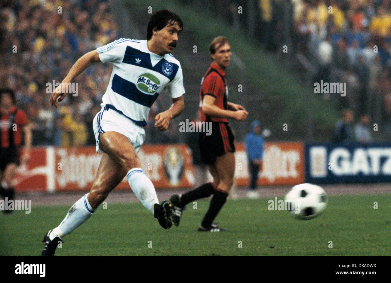 football, 1. Bundesliga, 2. Bundesliga, 1983/1984, relegation match to Bundesliga 1984/1985, first leg, Wedau Stadium, MSV Duisburg versus Eintracht Frankfurt 0:5, scene of the match, Manfred Dubski (MSV) passing - Stock Image