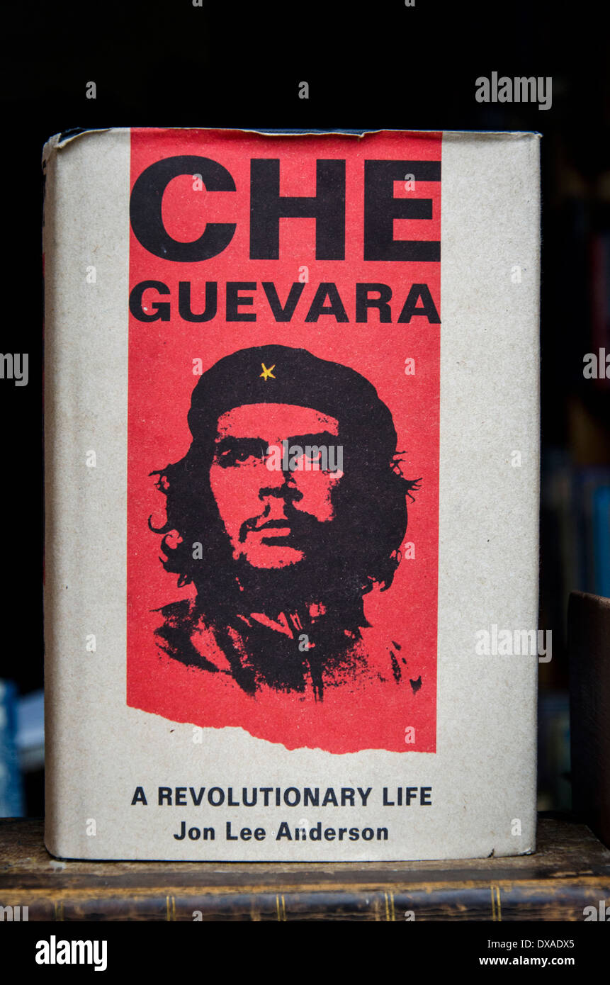 A copy of  'Che Guevara, A Revolutionary Life' by Jon Lee Anderson on display in a secondhand bookstore in Edinburgh, Scotland. - Stock Image