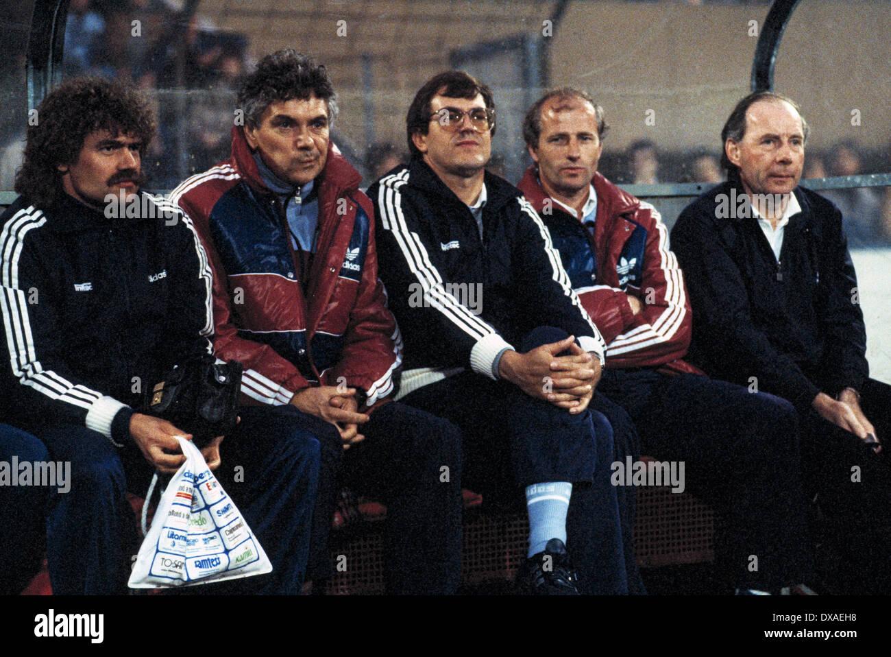 football, 1. Bundesliga, 2. Bundesliga, 1983/1984, relegation match to Bundesliga 1984/1985, first leg, Wedau Stadium, MSV Duisburg versus Eintracht Frankfurt 0:5, coaching bench Frankfurt with coach Dietrich Weise (right), Willi Neuberger (2.f.r.), masse - Stock Image