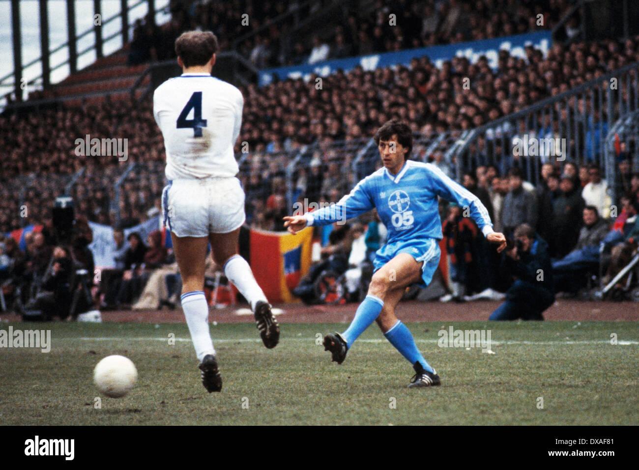 football, Bundesliga, 1984/1985, Grotenburg Stadium, FC Bayer 05 Uerdingen versus SV Waldhof Mannheim 2:2, scene of the match, Franz Raschid (Bayer) passing, left Dimitrios Tsionanis (SVW) - Stock Image
